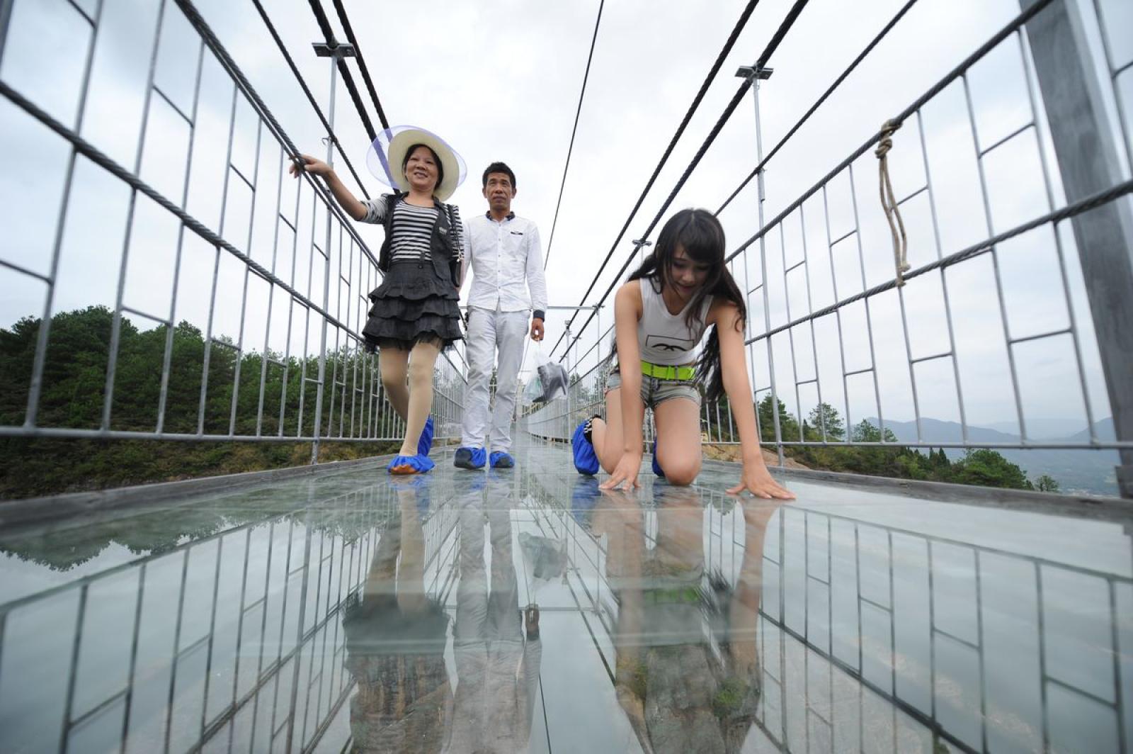 мост со стеклянным полом в китае фото пожарные автомобили