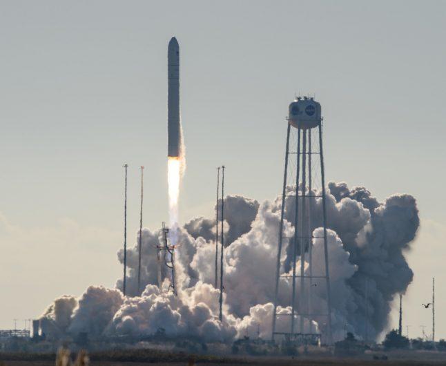 messenger spacecraft lift off - 1 день