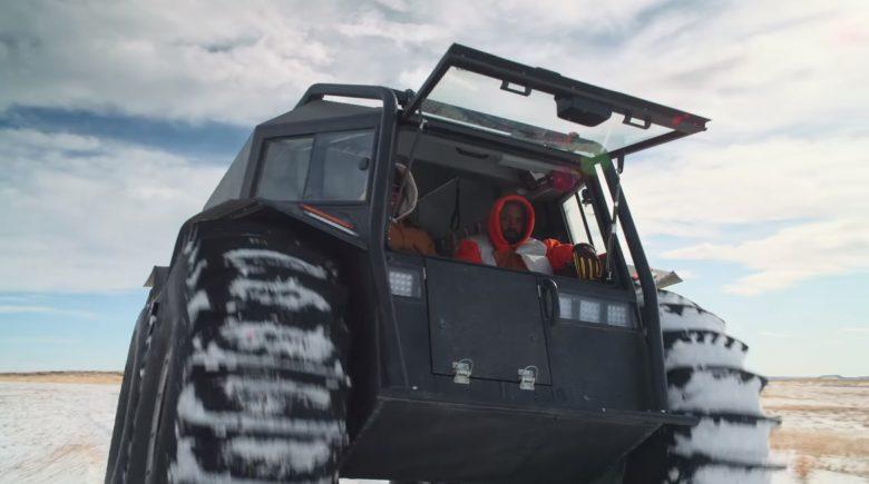 В новых клипах Канье Уэст гоняет по пустыне на украинском вездеходе «Шерп»