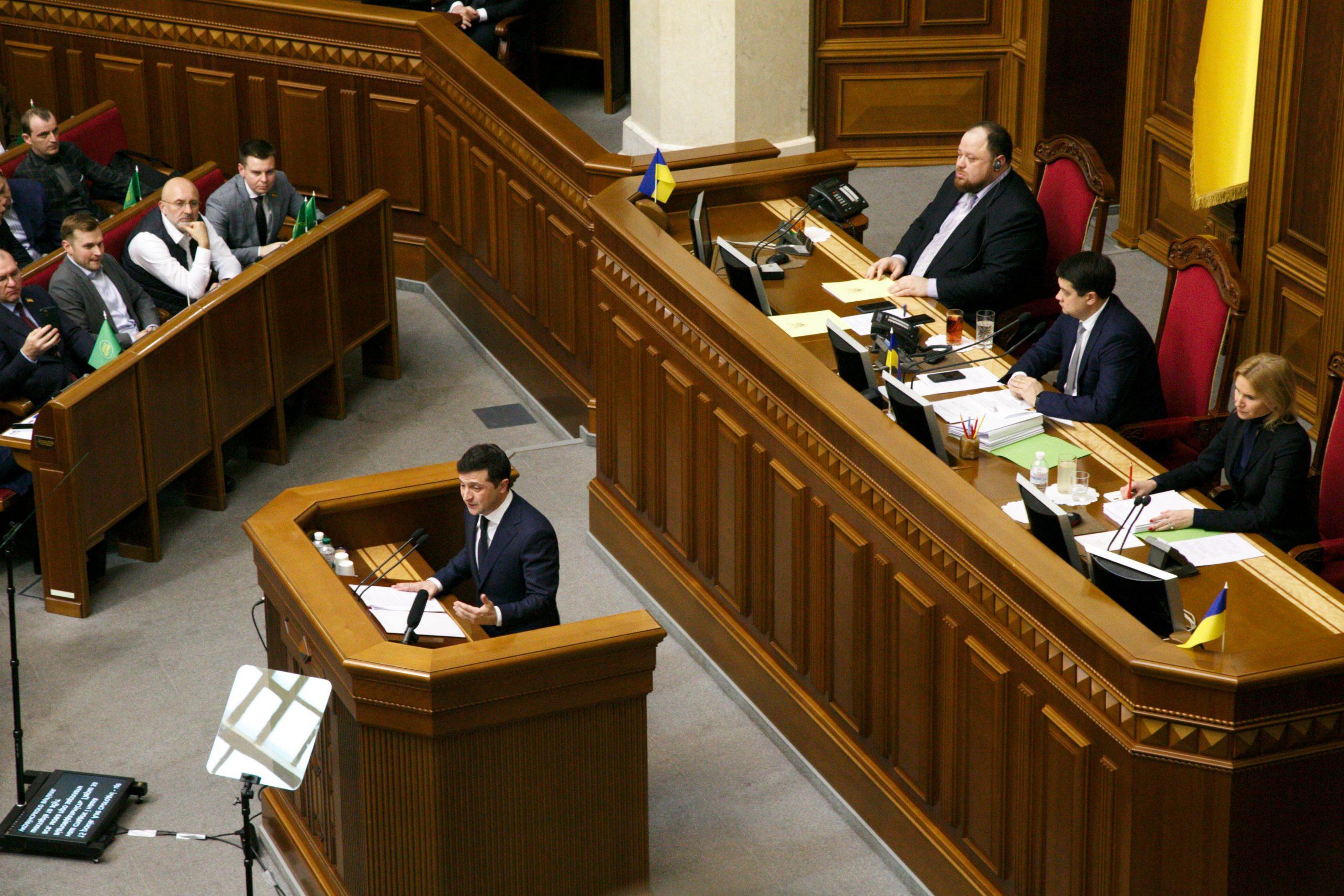 Зеленський виступає на позачерговому засіданні Ради
