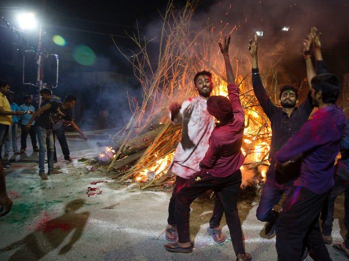 В Индии во время празднования фестиваля Холи сожгли «демона коронавируса» (ФОТО)