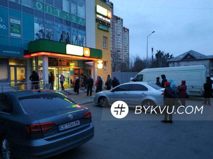 Карантин в Киеве. Очередь у магазина