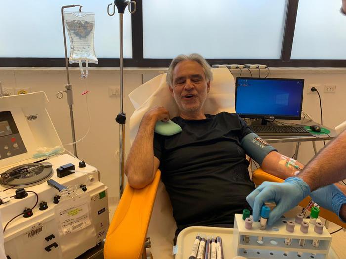 Андреа Бочелли сдает кровь