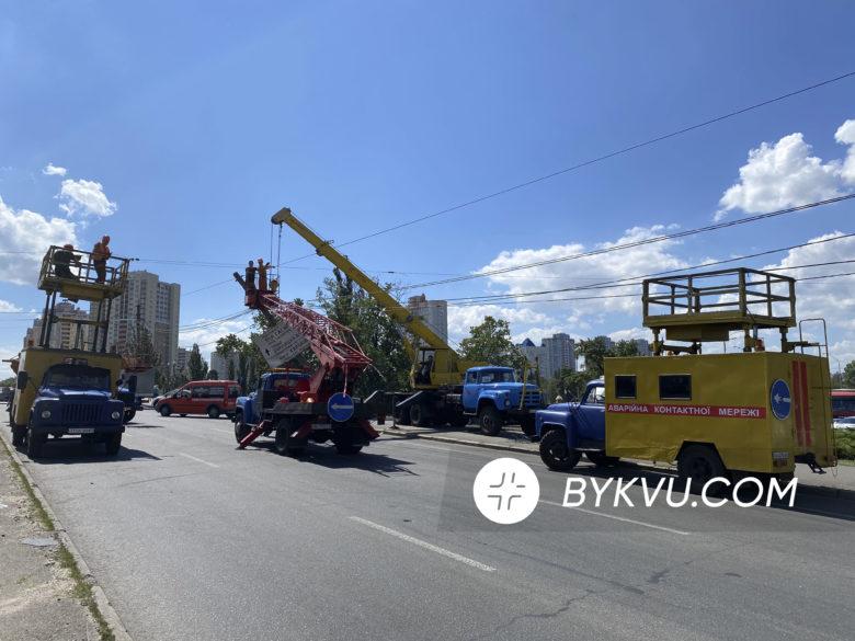 В Киеве возле метро «Черниговская» экскаватор снес столб