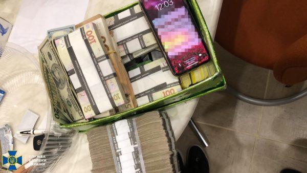 Біля лимонів: СБУ знайшла мільйон готівкою в холодильнику керівників «Укрзалізниці». Фото