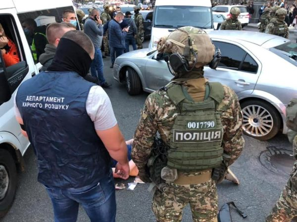 В центрі Києва поліція з пострілами затримала грабіжників: фото і відео