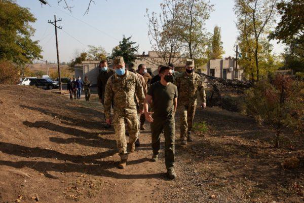Зеленський у День захисника України вручив нагороди воїнам на передовій