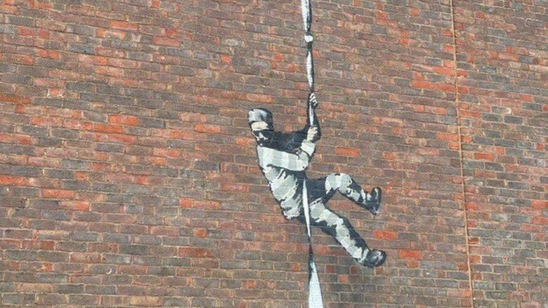Бенксі підтвердив, що графіті на стіні колишньої в'язниці в Британії створив він: відео
