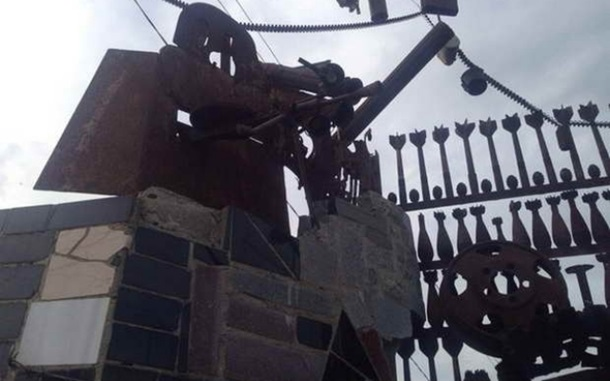 Житель Мелитополя построил забор из боеприпасов ФОТО2 copy
