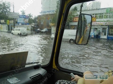 88444 iz za mocshnogo livnya v odesse ulicy prevratilisj v reki a transport perestal hoditj foto big