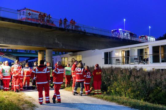 Hotelschiff rammt Bruecke in Erlangen 2