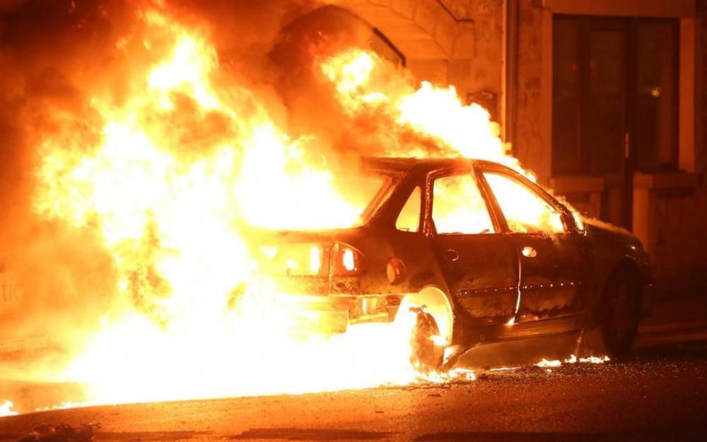 6513003 voiture incendiee illulstr lp journois 1000x625