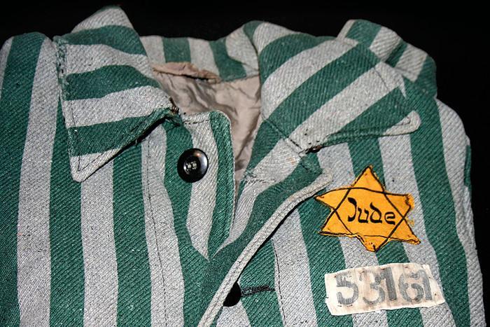 Auschwitz outerwear distinguish yellow Star of David pic700 700x467 35119