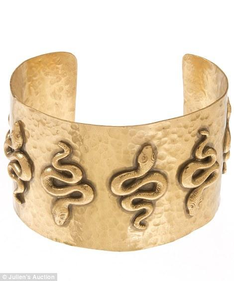 3E453BE700000578 4313728 This serpent cuff was worn by Elizabeth Taylor in the 1963 film a 44 1489534636072