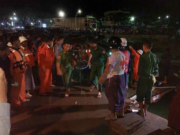В Мьянме грузовой корабль столкнулся с лодкой