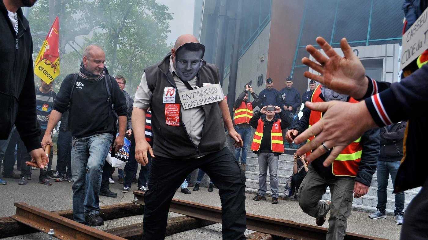 Макрон протестующие