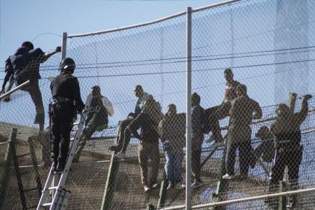 Мигранты из Марокко прорвались в Испанию