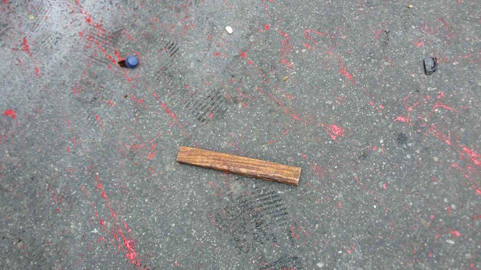 В Киеве силовиков забросали палками