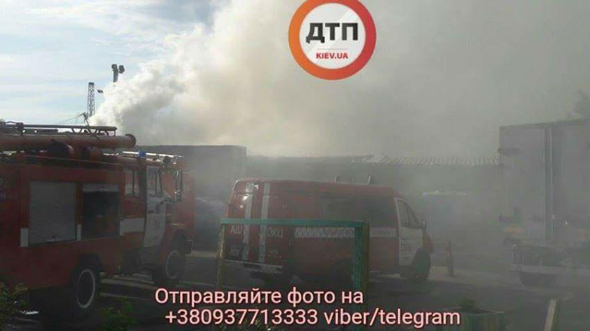 На Дарницком рынке в Киеве горело складское помещение_4