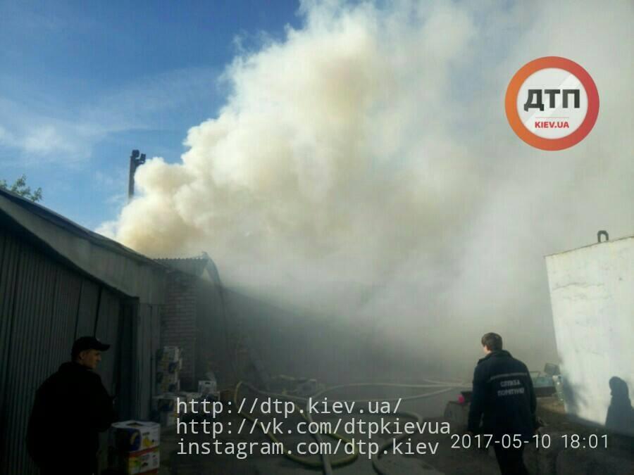 На Дарницком рынке в Киеве горело складское помещение_5