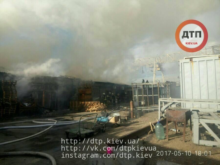 На Дарницком рынке в Киеве горело складское помещение_6