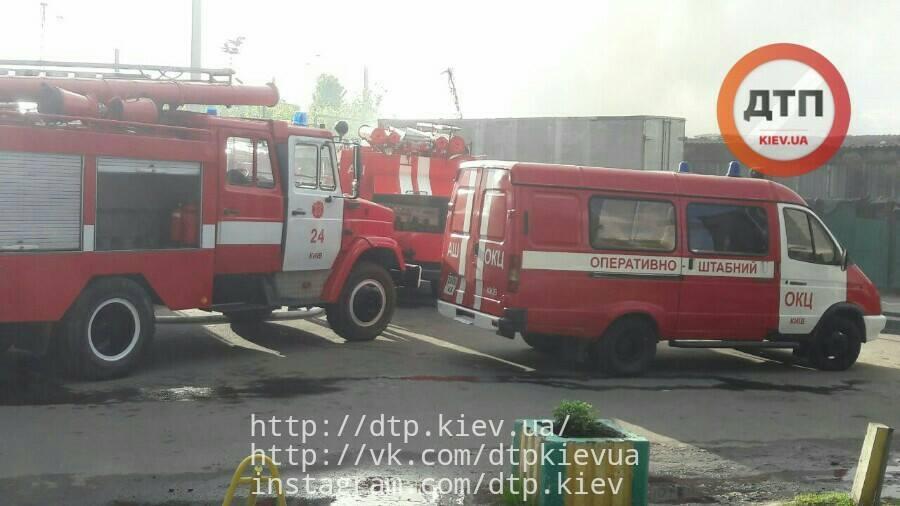 На Дарницком рынке в Киеве горело складское помещение_3