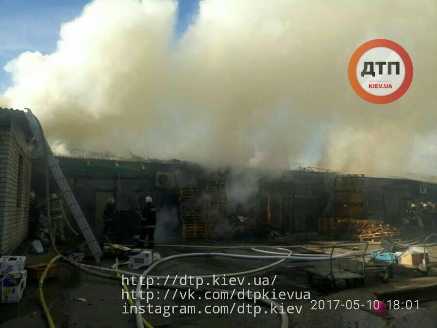На Дарницком рынке в Киеве горело складское помещение_7