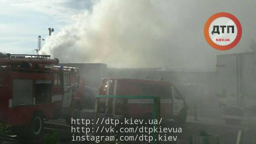 На Дарницком рынке в Киеве горело складское помещение_9