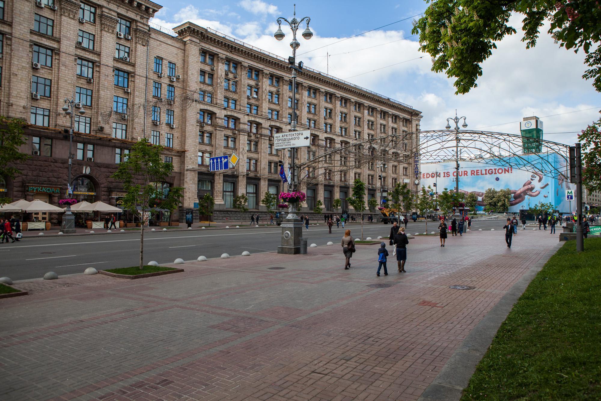 Демонтаж рекламных конструкций в центре Киева