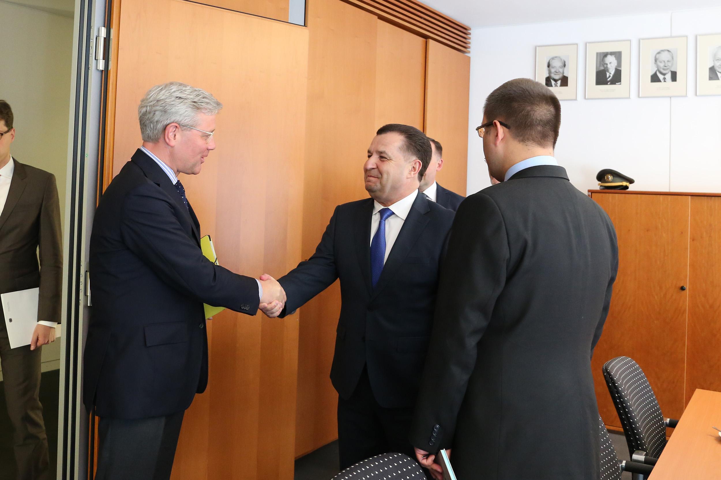 Полторак встретился с председателем комитета по вопросам внешних дел Бундестага_1