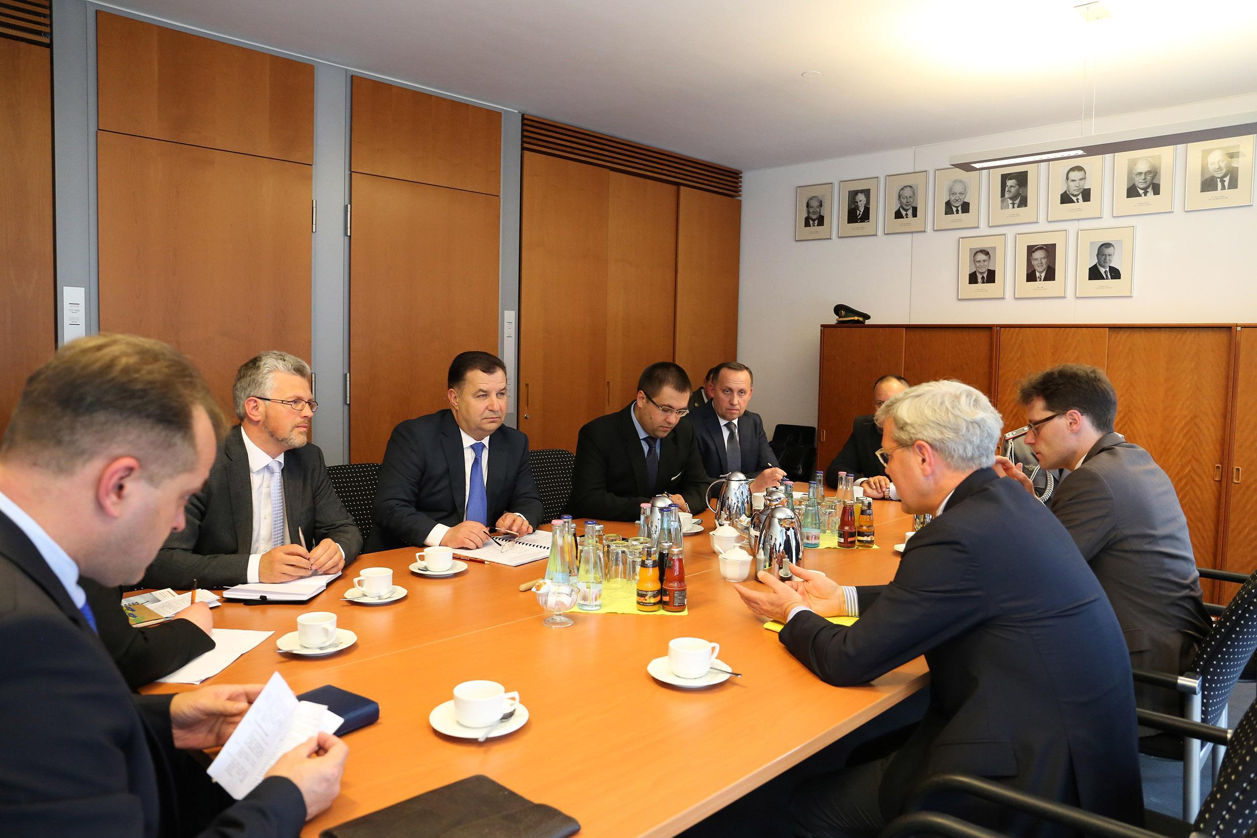 Полторак встретился с председателем комитета по вопросам внешних дел Бундестага_3