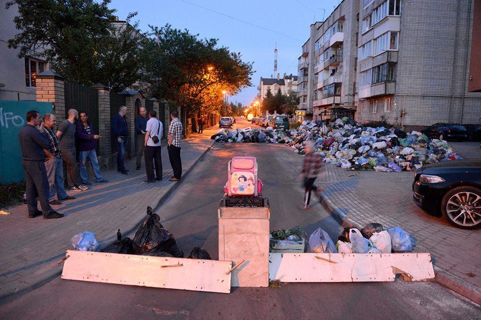 Баррикада из мусора на улице во Львове