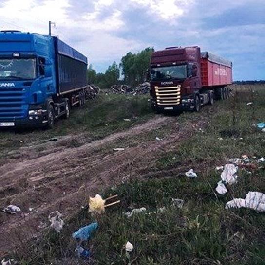 Под Киевом разъяренные жители села остановили грузовики, попытавшиеся выгрузить