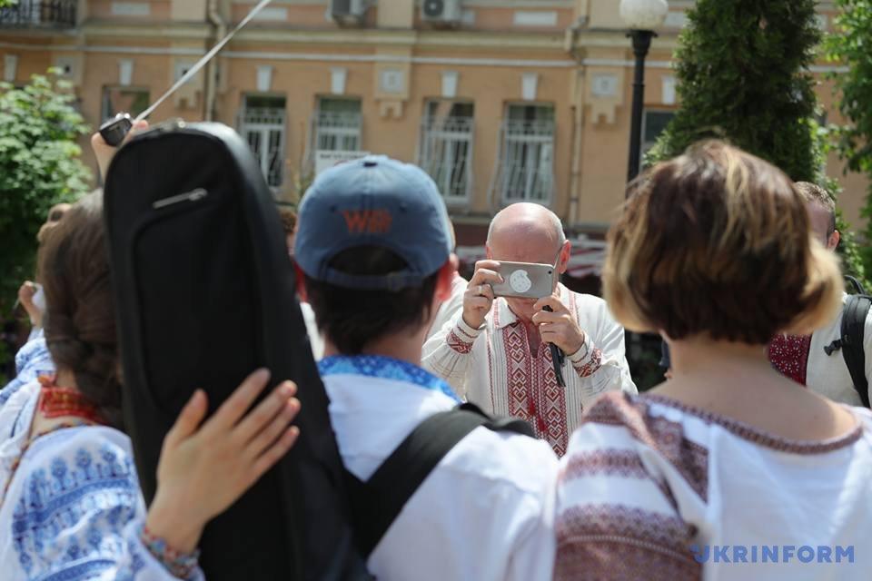 В Киеве начался Мегамарш в вышиванках_8