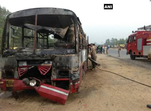 В Индии автобус сгорел после столкновения с грузовиком