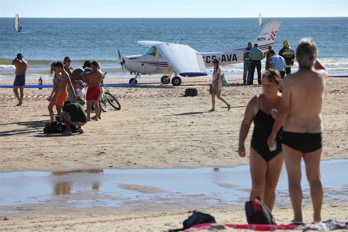Самолет совершил посадку на пляже под Лиссабоном