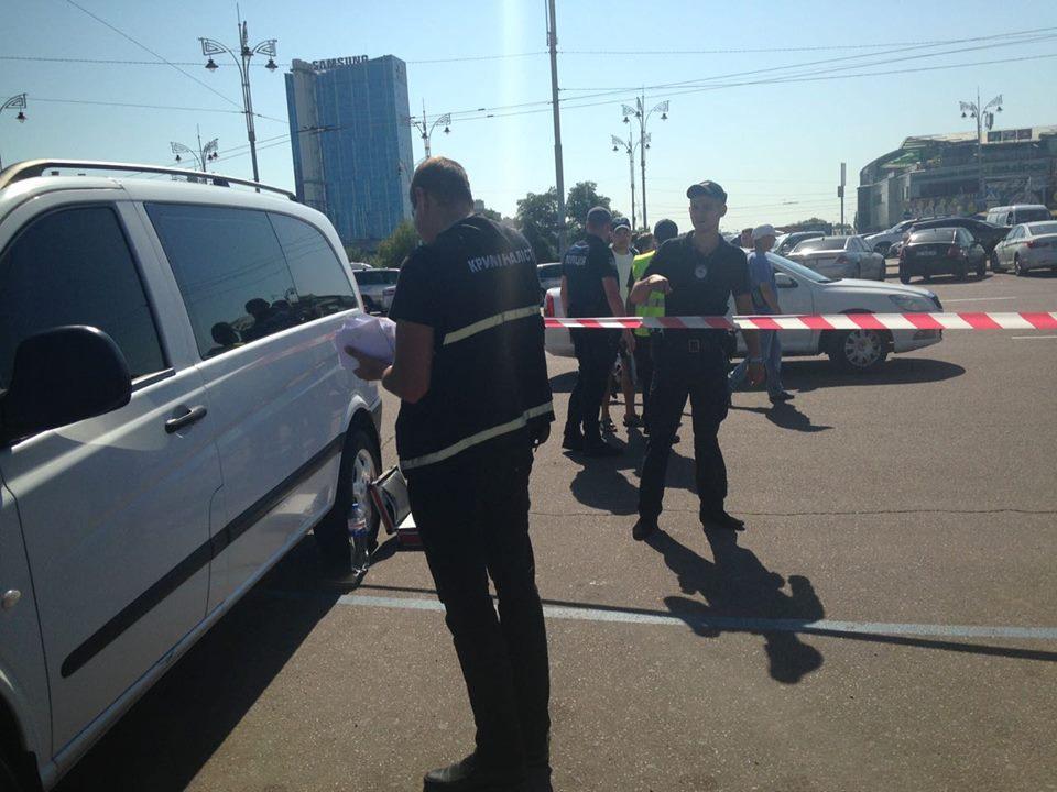 В Киеве на Вокзальной площади неизвестные устроили стрельбу