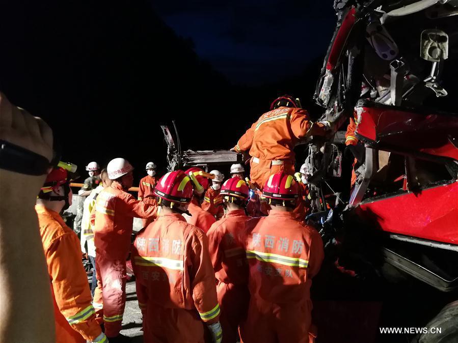 В Китае автобус врезался в стену тоннеля