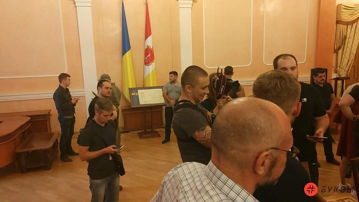 митингующие в здании одесской мэрии_03