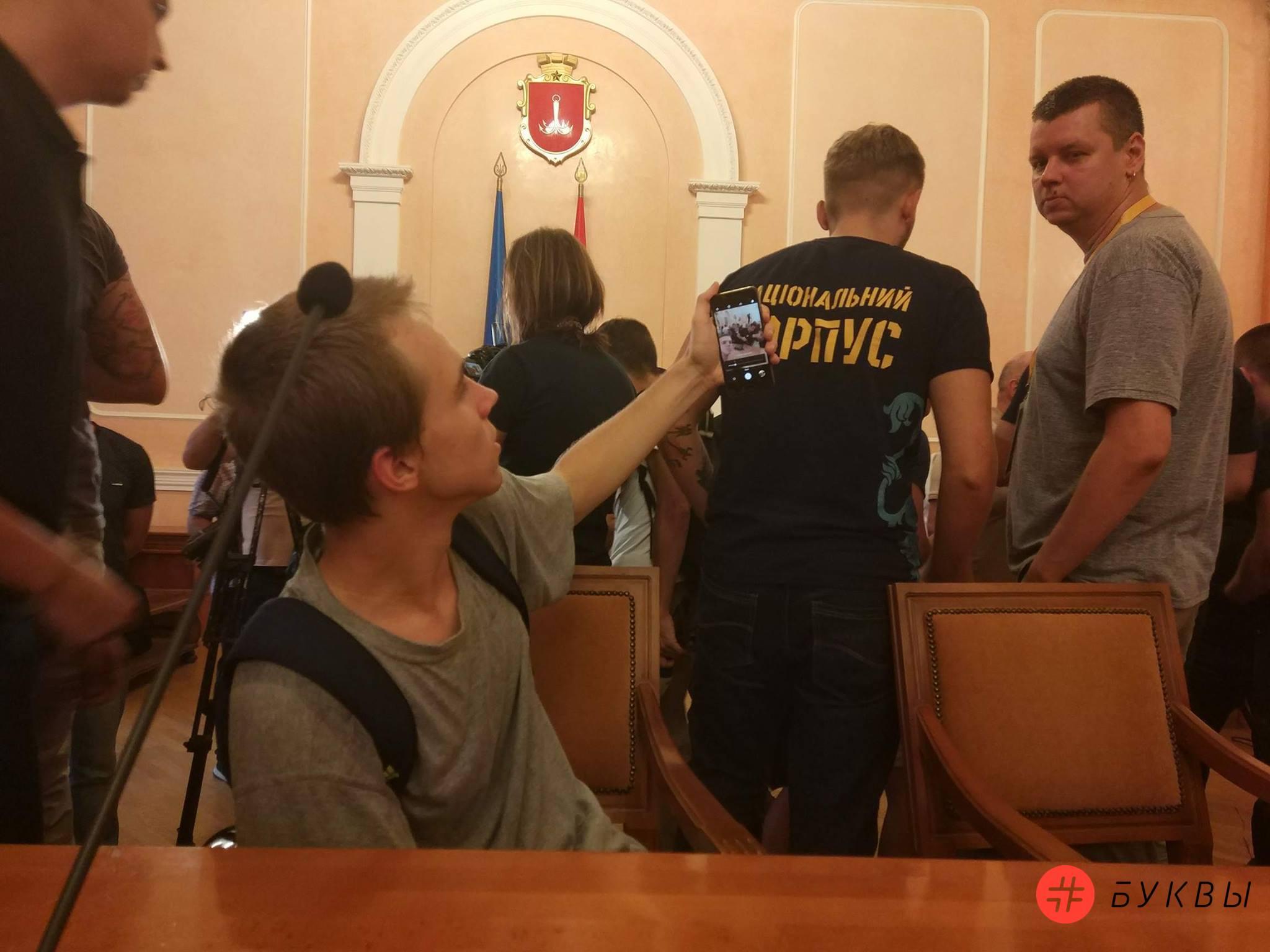 митингующие в здании одесской мэрии_04