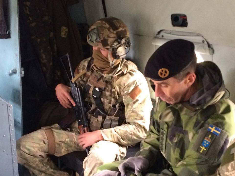 Главнокомандующий ВС Швеции Микаэль Бюден посетил зону АТО