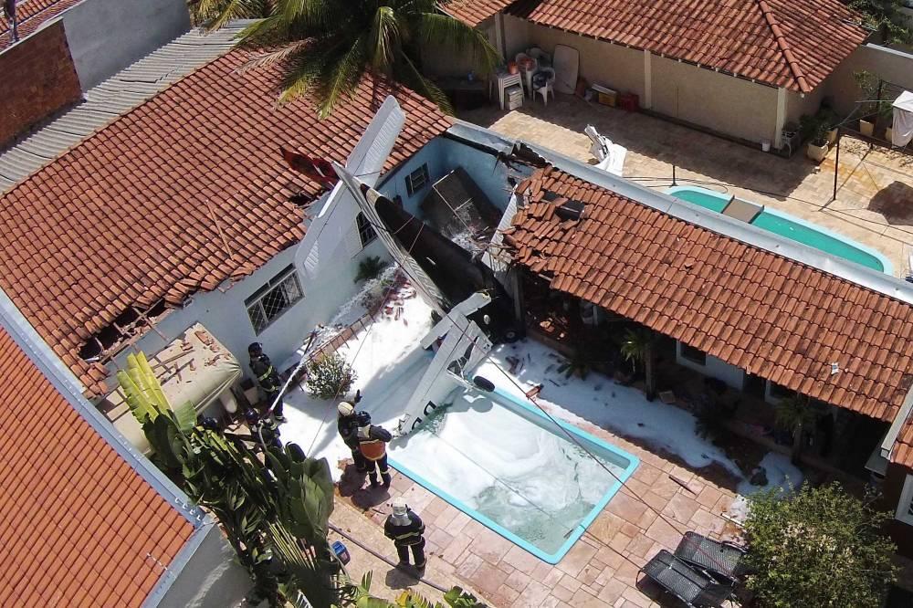 В Бразилии легкомоторный самолет упал на жилой дом