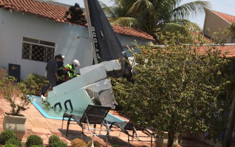 В Бразилии легкомоторный самолет упал на жилой дом.