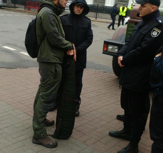 Мужчин шел на акцию протеста под Верховной Радой с оружием