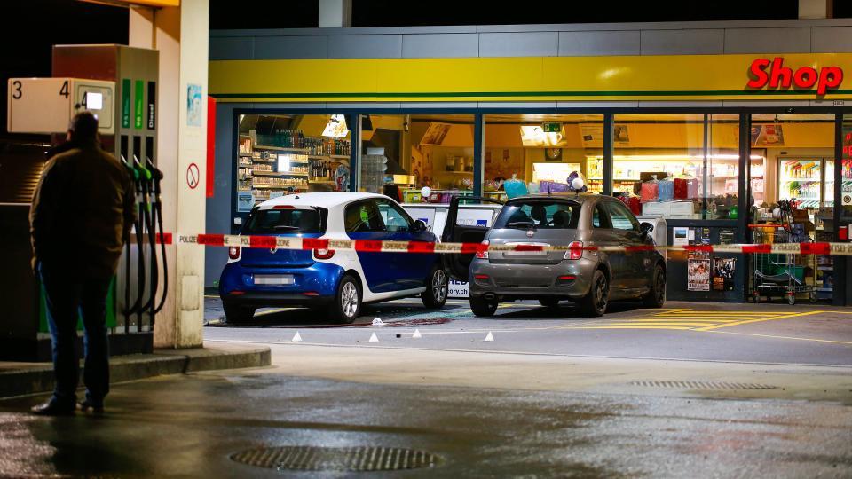 Подросток напал с топором на людей в швейцарском районе Флумс