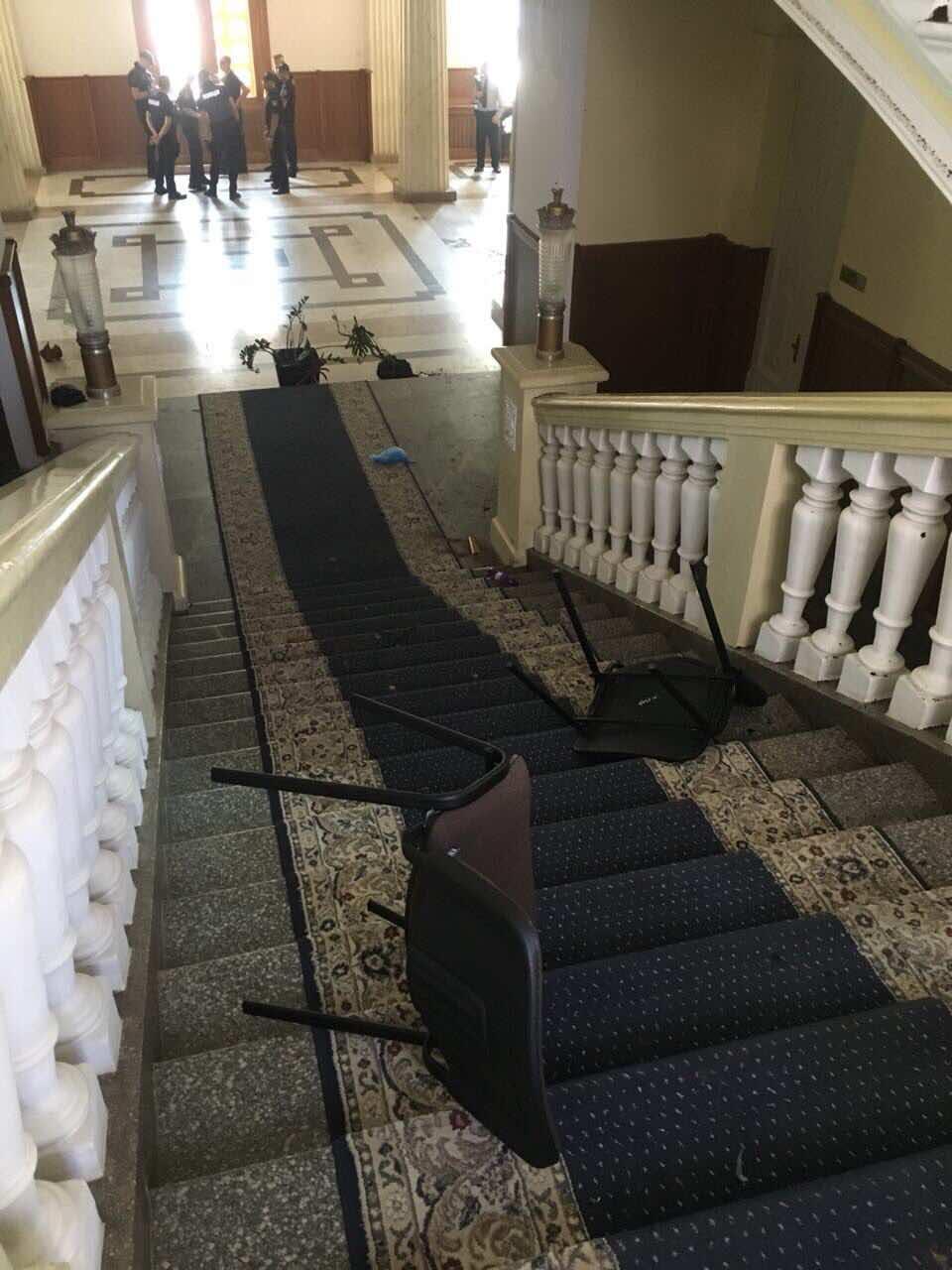 4Последствия столкновений в здании горсовета.
