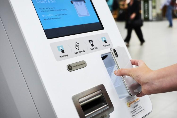 Новый банкомат в аэропорту Амстердама.