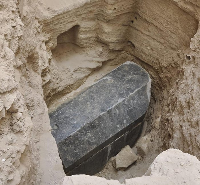 Археологи обнаружили черный саркофаг