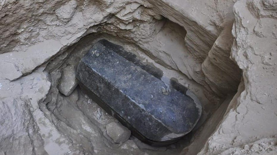 Археологи обнаружили черный саркофаг_02