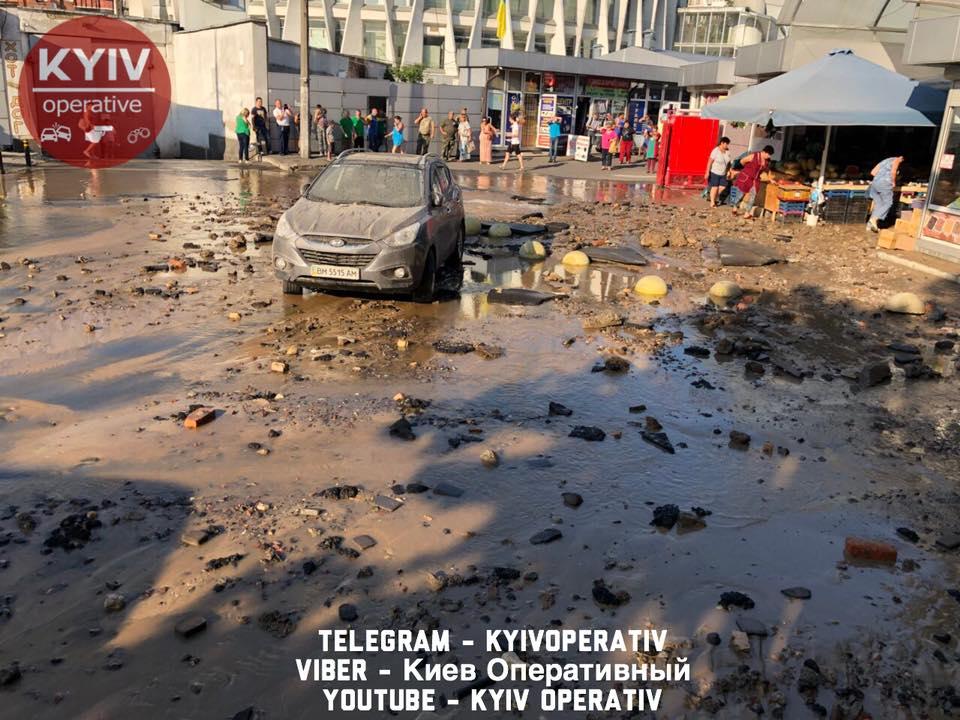 прорыв трубы в Киеве